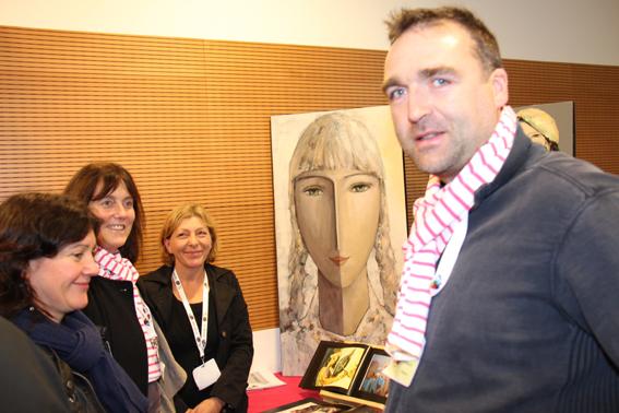 Josiane Méhouas, Emmanuel Esnaud et sa femme entourent l'artiste Joelle Troussier qu'ils ont choisi   d'accompagner.